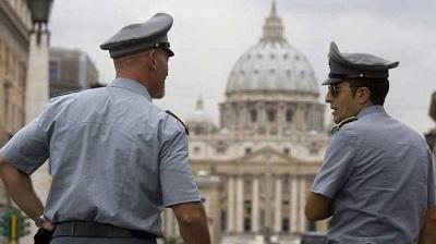 Pilizia vigilando en Vaticano.jpg